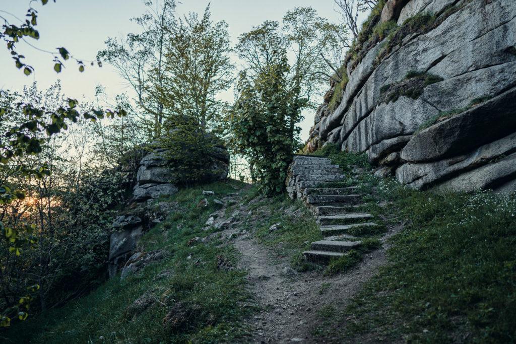 Stufen hinauf zur Burgruine