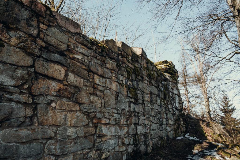 Mauerreste der Burg Hirschstein am Kornberg