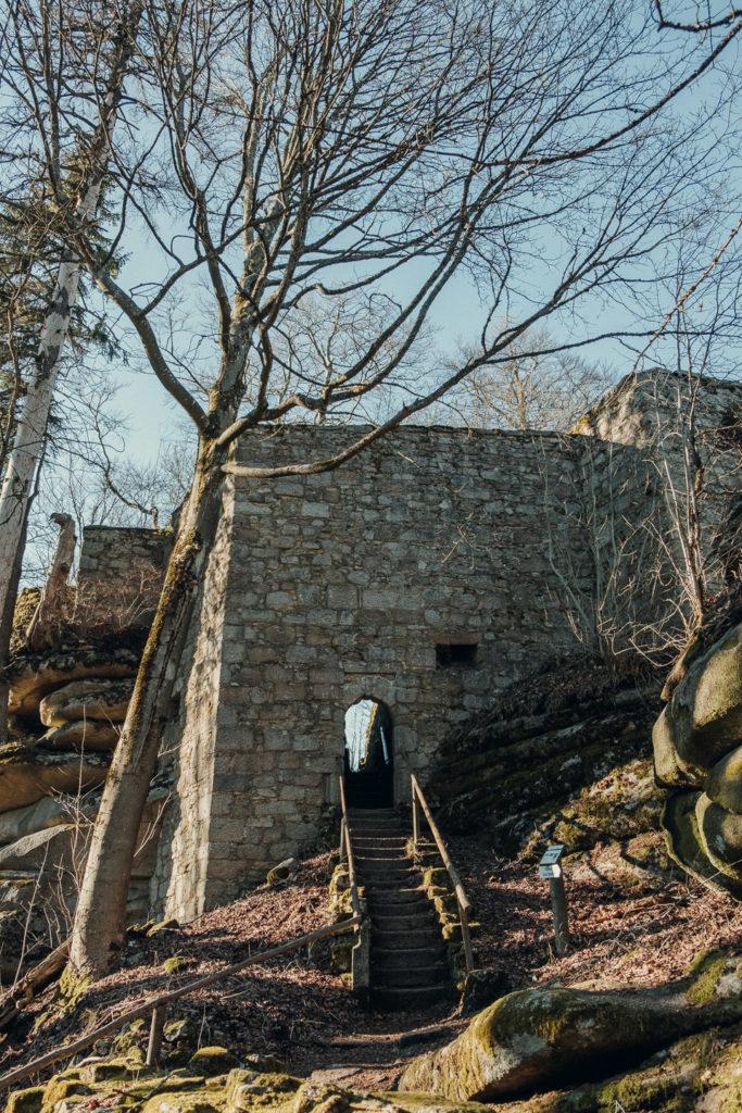 Eingang zum roten Schloss auf dem großen Waldstein