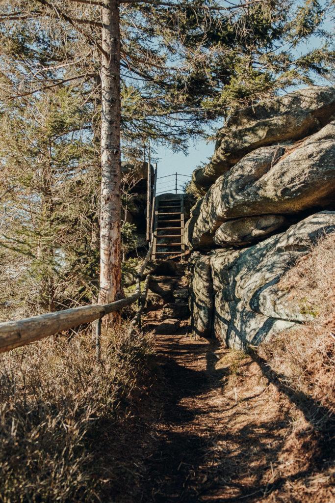 Treppe hinauf zum Arnsteinfelsen