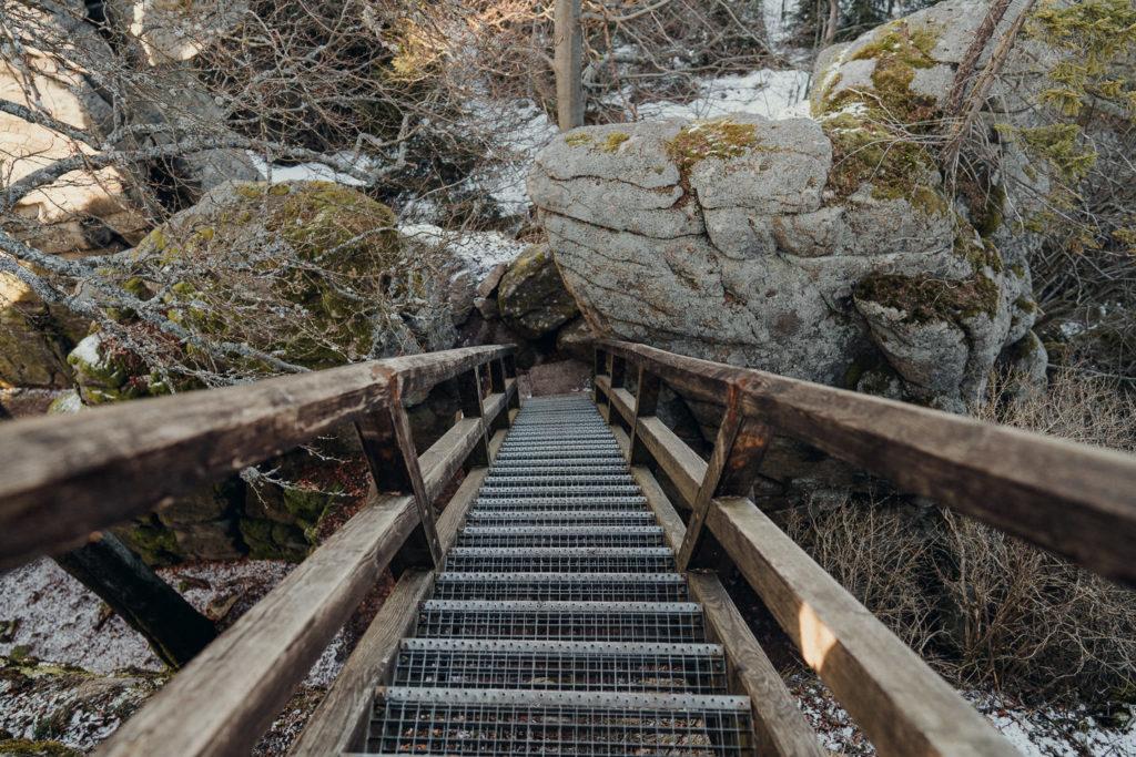 Treppe hinauf auf den Gipfelfelsen