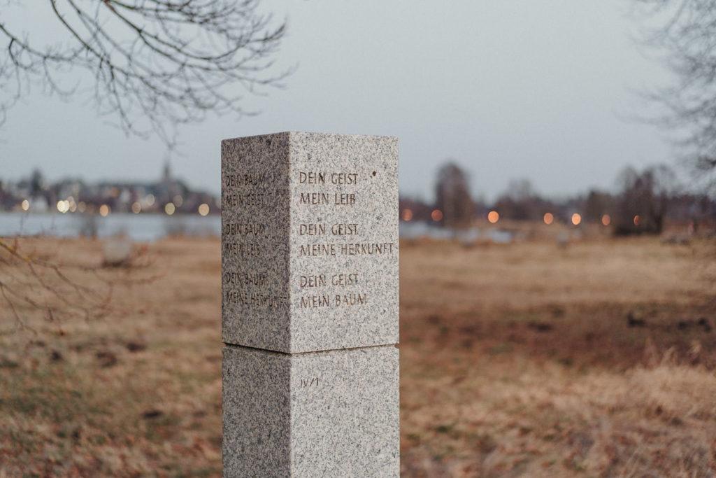 Säule auf dem Poesiepfad um den Weißenstädter See