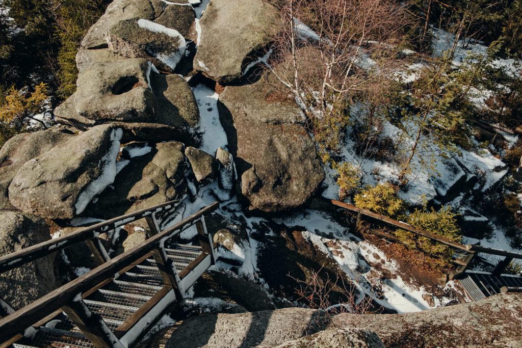 Auf den Burgsteinfelsen führen Treppen hinauf
