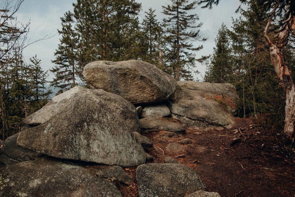 Findlinge säumen den Wanderweg zum Burgsteinfelsen im Fichtelgebirge