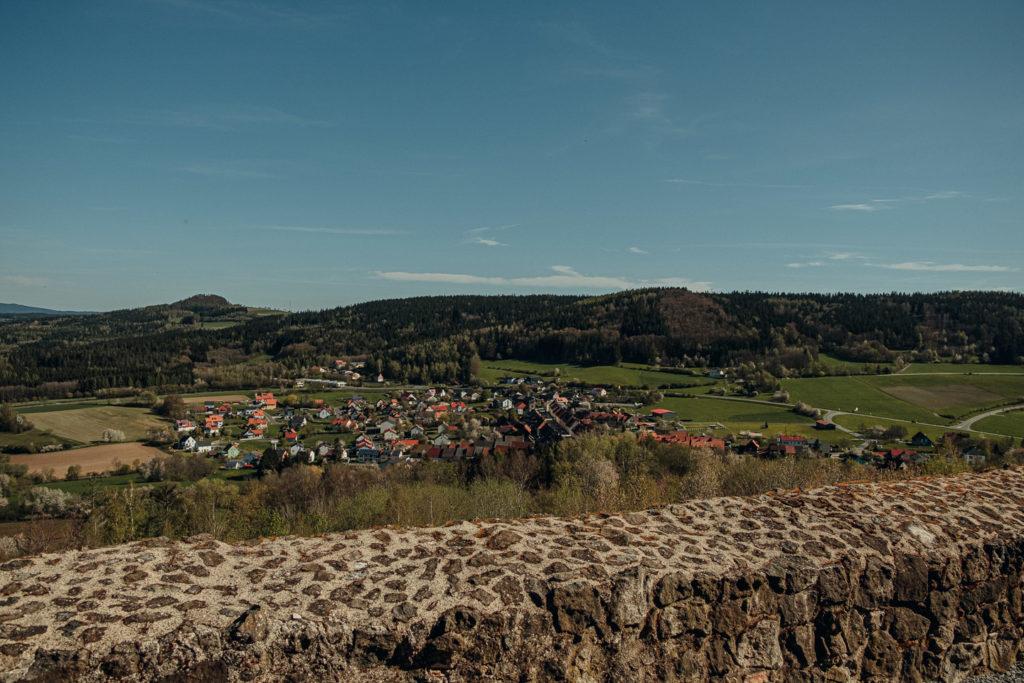 Blick auf Waldeck im Tal