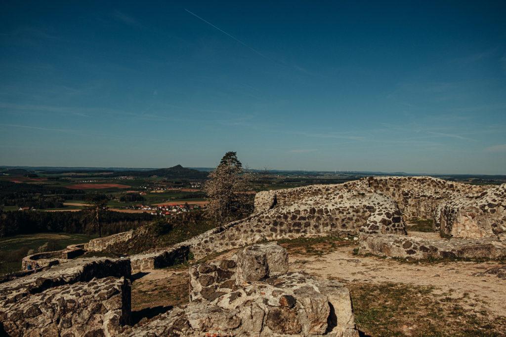 Blick über die Burgruine Waldeck und das Umland