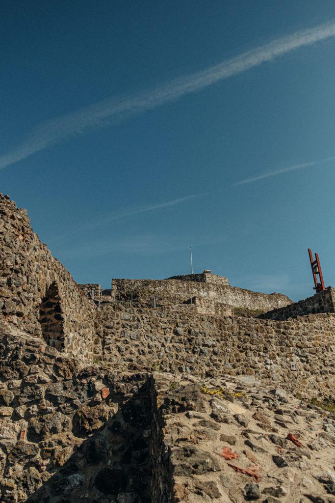 Blick über die Befestigungsanlagen der Burg Waldeck in der Oberpfalz