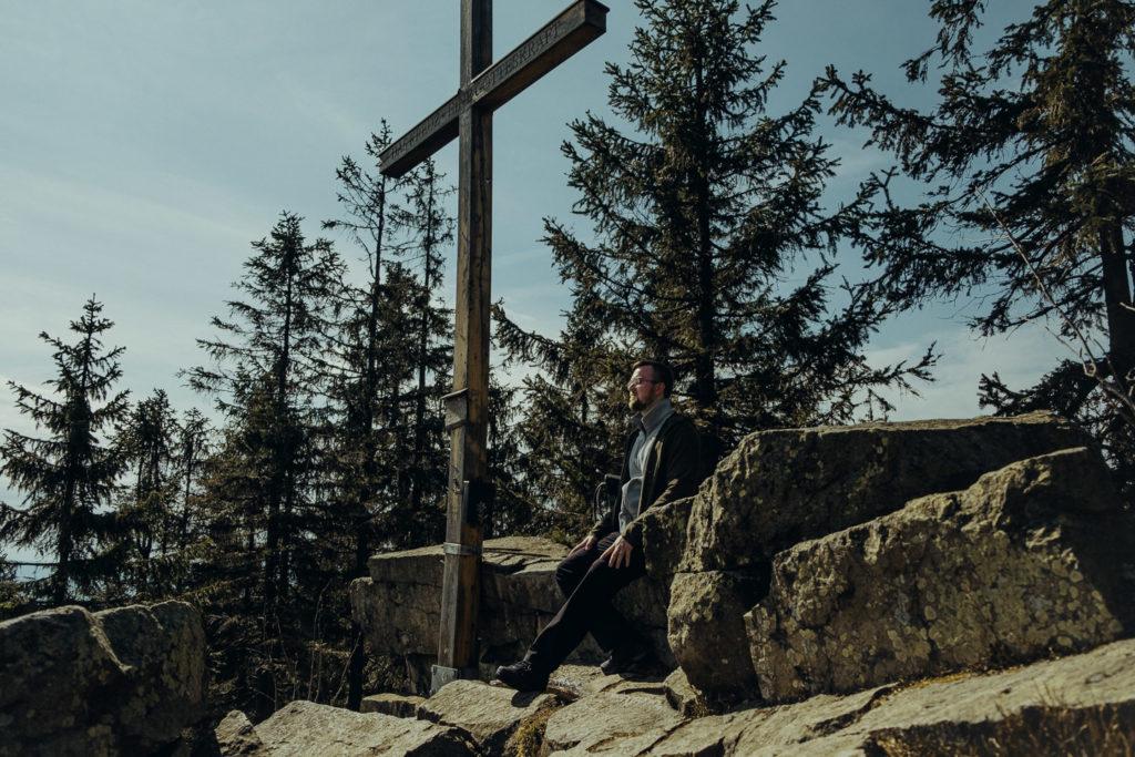 Das Gipfelkreuz auf der Platte im Fichtelgebirge