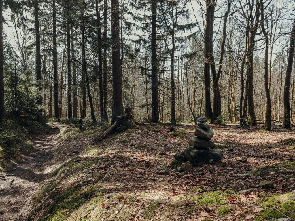 Steinmännchen entlang des Höhenweges zur Platte im Fichtelgebirge