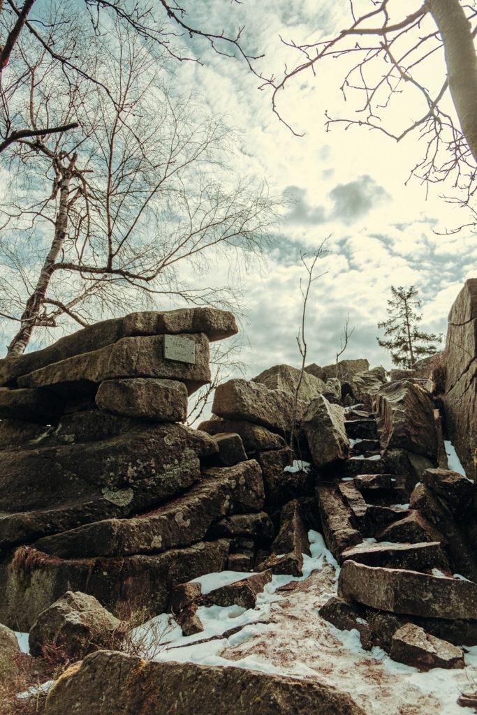 Die steinernen Stufen führen hinauf zum Gipfel der Platte