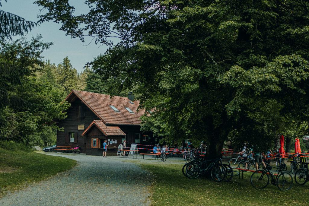 Es lohnt sich zur idyllisch gelegenen Blockhütte im Waldnaabtal zu wandern