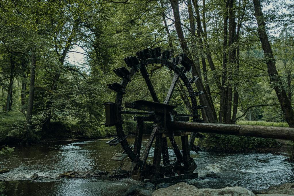 Das Wasserrad unweit der Blockhütte im Waldnaabtal